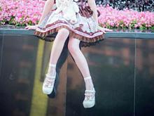 ロリータファッションで座る女の子の画像(プリ画像)