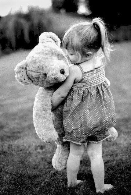 くまのぬいぐるみを抱く少女のモノクロ・白黒写真の壁紙