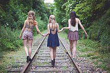 素材 女の子 3人 線路の画像(プリ画像)