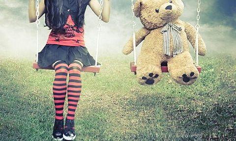 素材 熊 テディベア 女の子 赤黒の画像(プリ画像)