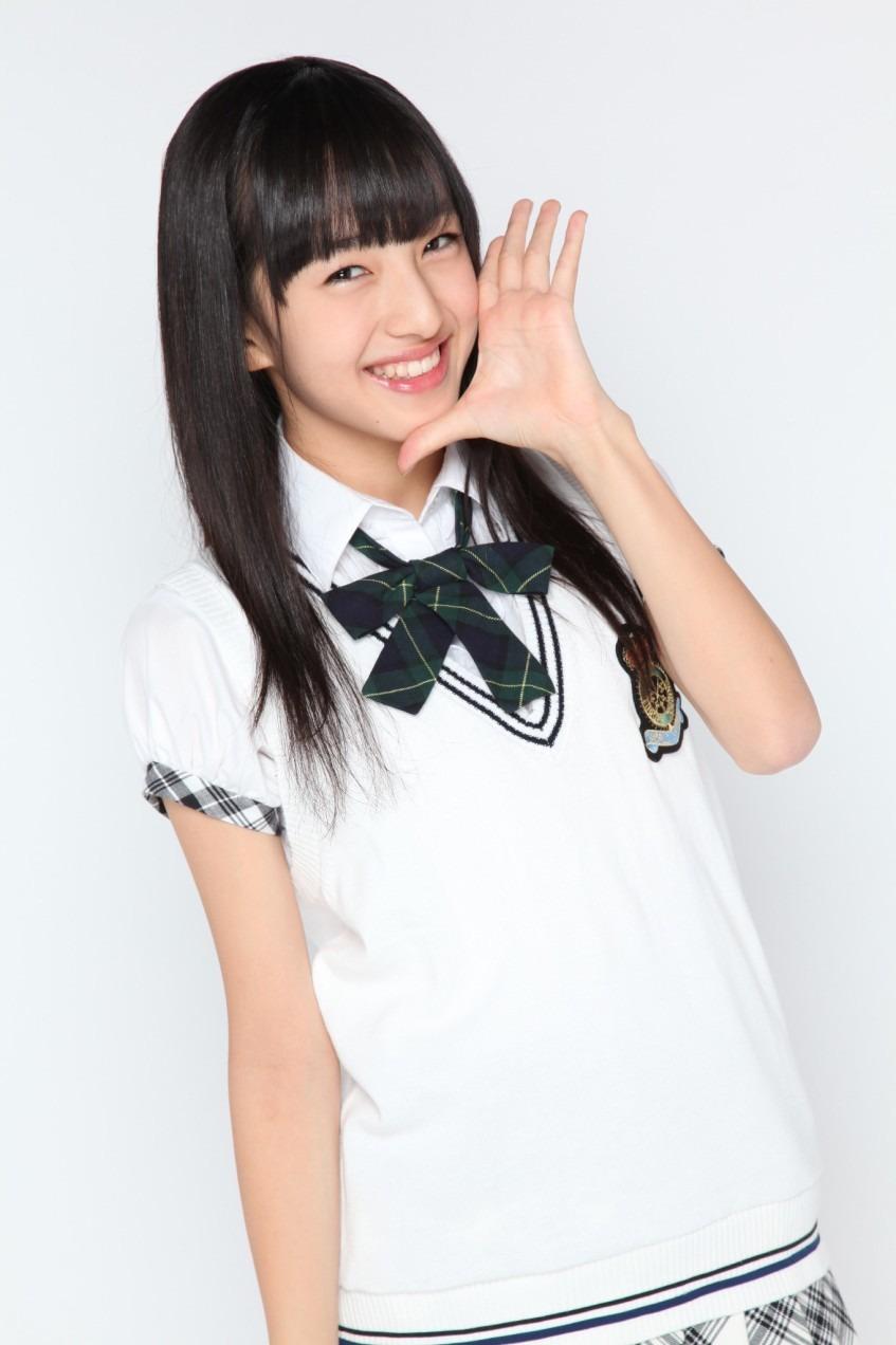 制服姿でポーズをとるHKT48の田島芽瑠