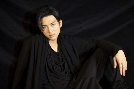 不思議な衣装の松田翔太