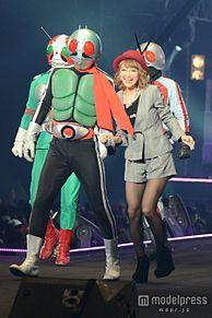 鈴木奈々、仮面ライダーと腕組ウォーキング 笑顔で決めポーズ披露の画像(プリ画像)