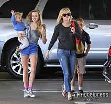 子供たちは美男美女ぞろい リース・ウィザースプーンが一家でお出かけの画像(プリ画像)