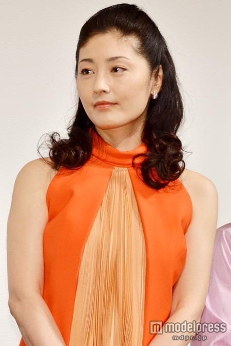 オレンジのドレスと髪型が特徴的な常盤貴子