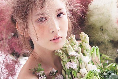 お人形のように可愛い紗栄子。