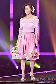 中村アン、美デコルテを大胆披露 ピンク×フラワーの春一色コーデで魅了<TGC 2015S/S>の画像(デコルテに関連した画像)