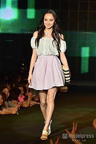石田ニコル、華やか美デコルテ披露 春スタイルでキュートオーラ放つの画像(デコルテに関連した画像)