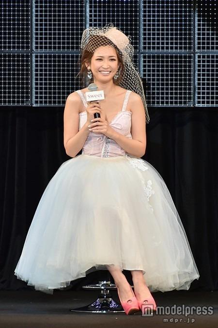 ドレス姿の可愛らしい紗栄子。