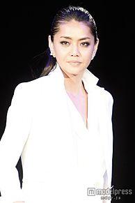前田典子、美デコルテのぞかせ上質ホワイトスタイル披露 クールな眼差しで圧倒の画像(デコルテに関連した画像)