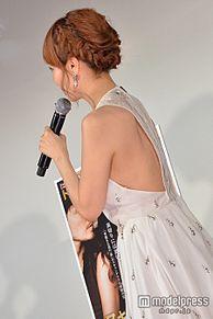 平子理沙、美背中チラリのSEXYドレスで登場 LiLiCoが羨望の眼差しの画像(平子理沙に関連した画像)