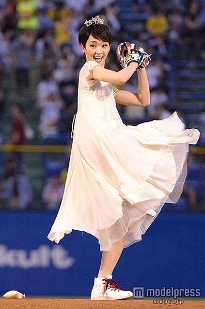 ウェディングドレスを着てからの始球式!?