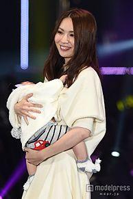 元AKB48菊地あやか、5ヶ月の愛息子と2ショットランウェイ「ママになっちゃいました」<TGC2015A/W>の画像(プリ画像)
