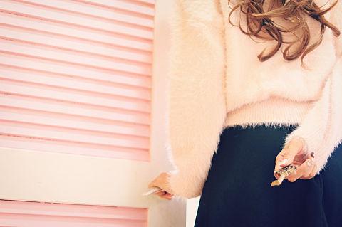鍵を後ろ手に持っている女の子の画像(プリ画像)