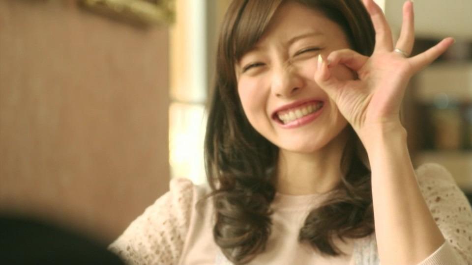 指でOKサインをしてにっこり笑顔の石原さとみ