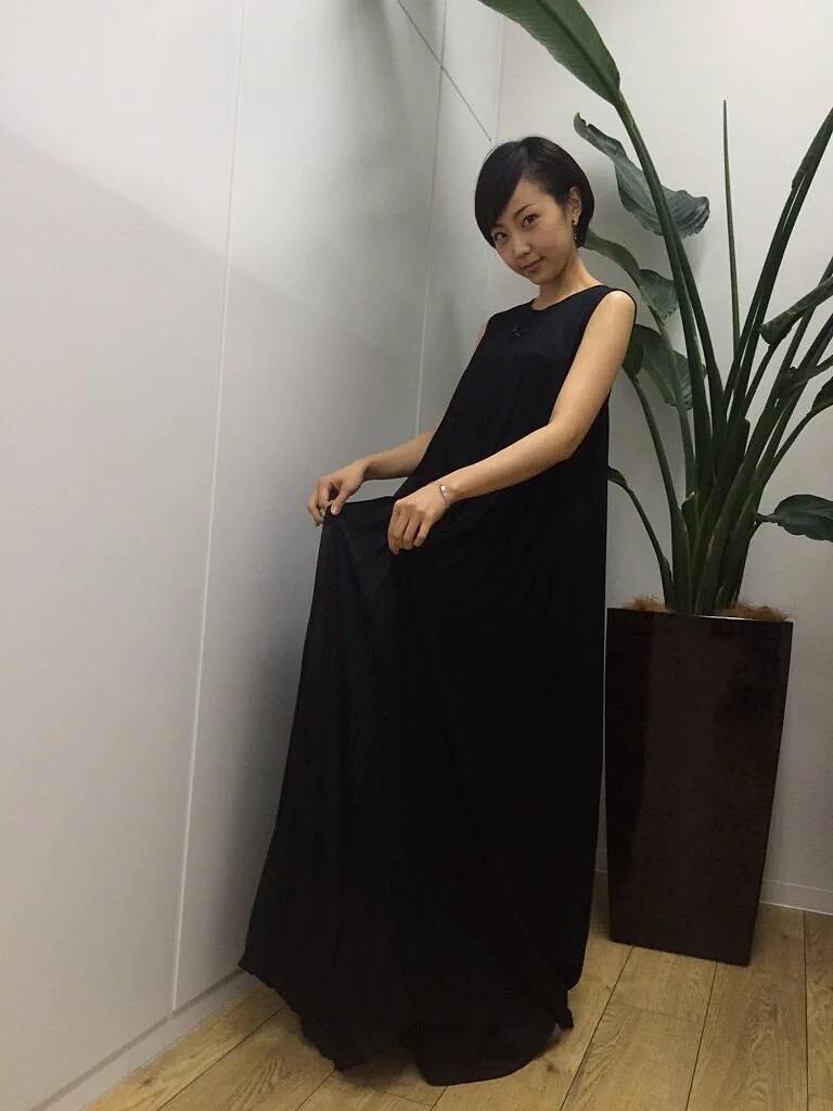 黒いドレスワンピースの木南晴香