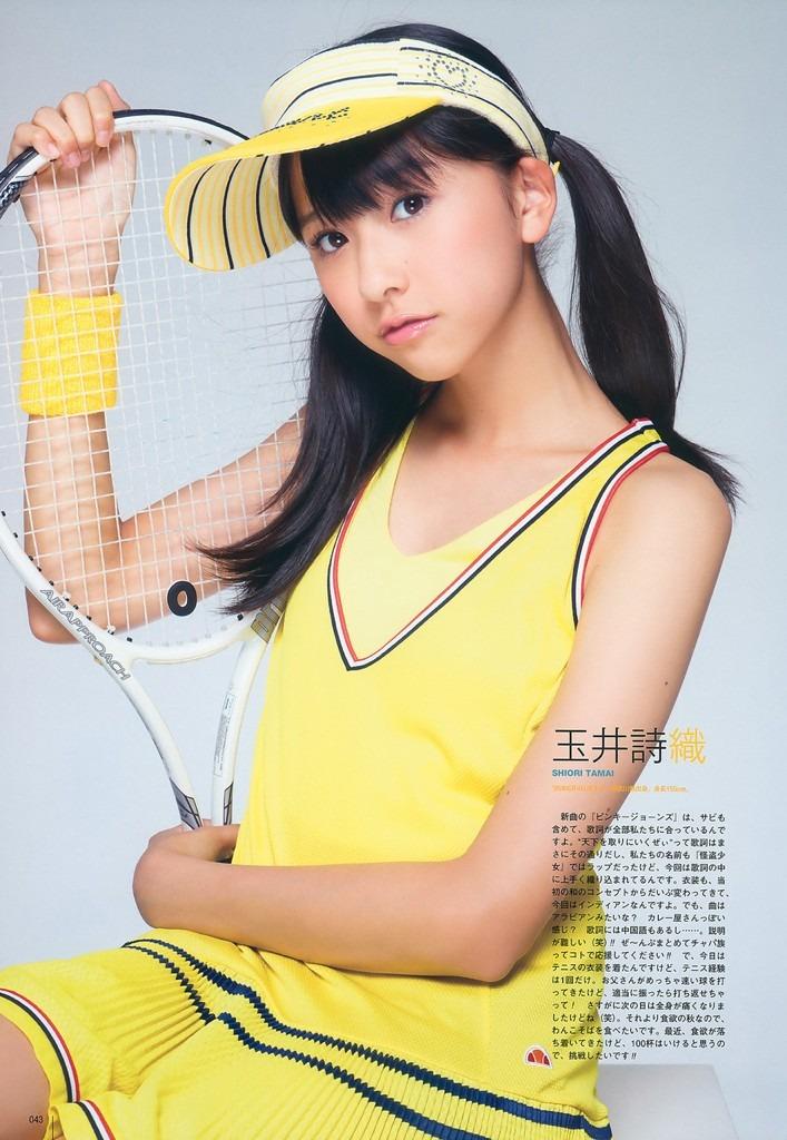 テニスのユニホームを着る玉井詩織