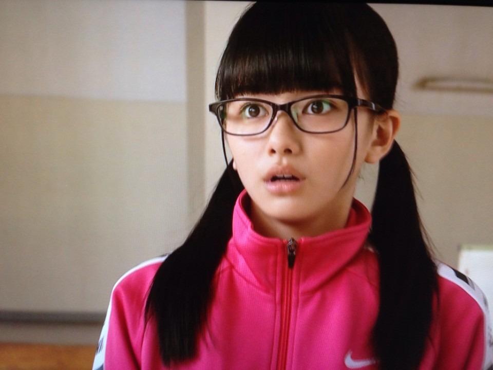 メガネをかけた山本舞香