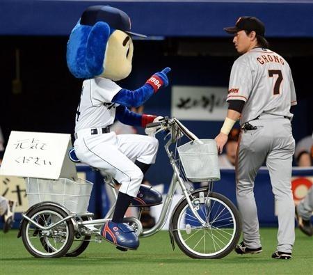 巨人の長野選手を自転車でひきそうになるドアラです。