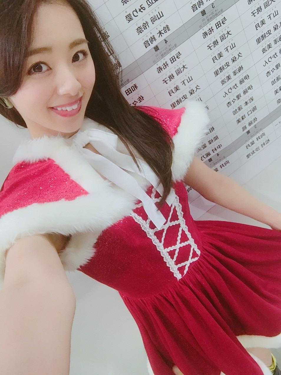 かわいい赤の衣装の川村真洋です。