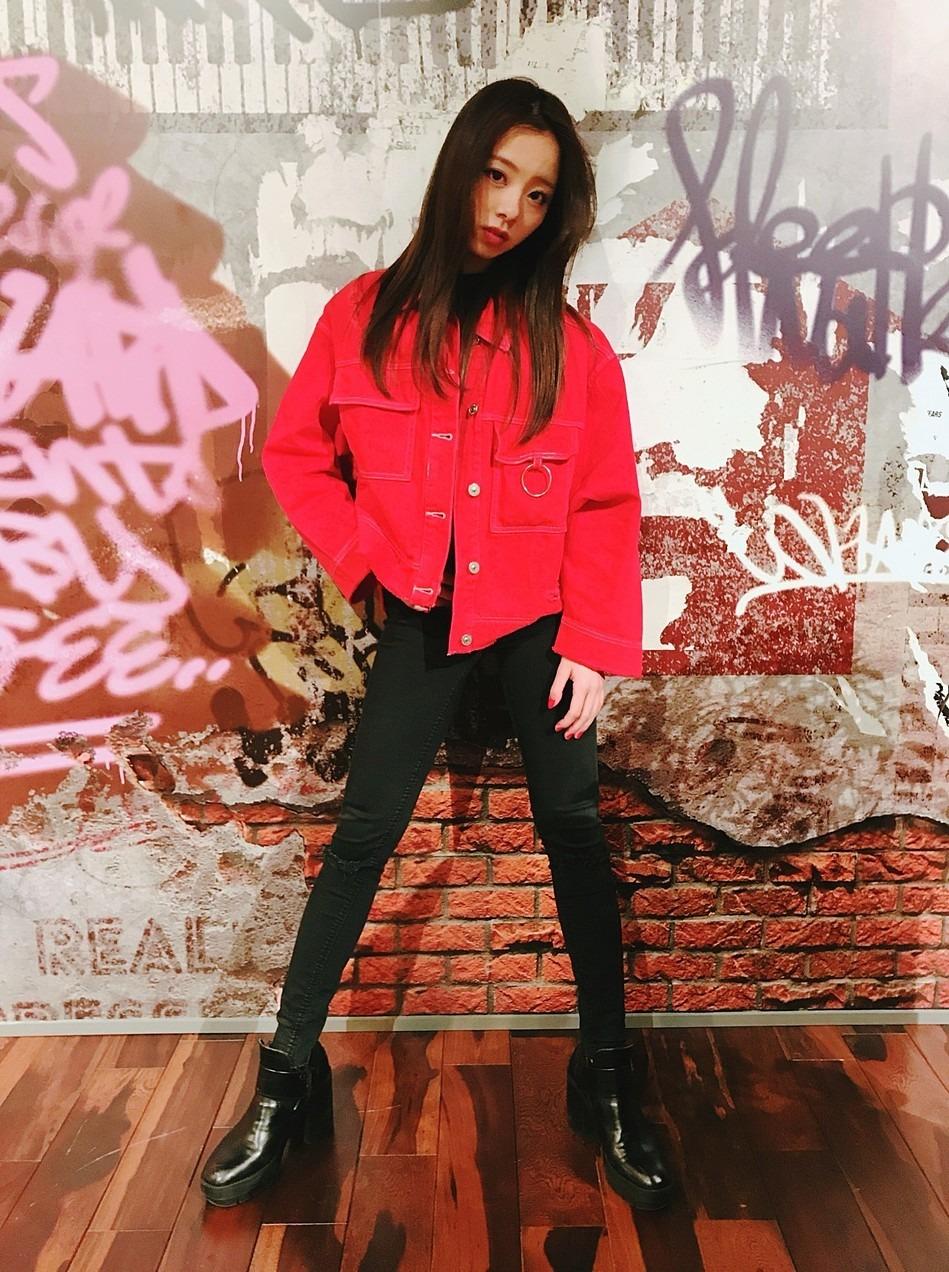 赤のジャケットの川村真洋です。