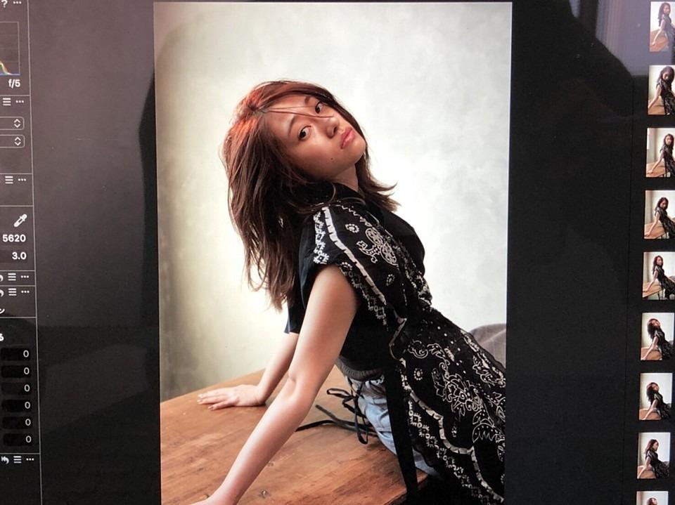 横目で見ている可愛い桜井玲香(乃木坂46)の画像です。
