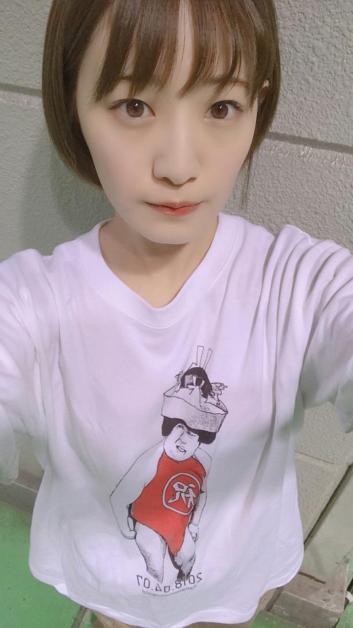 ヒムラTシャツを着る中田花奈