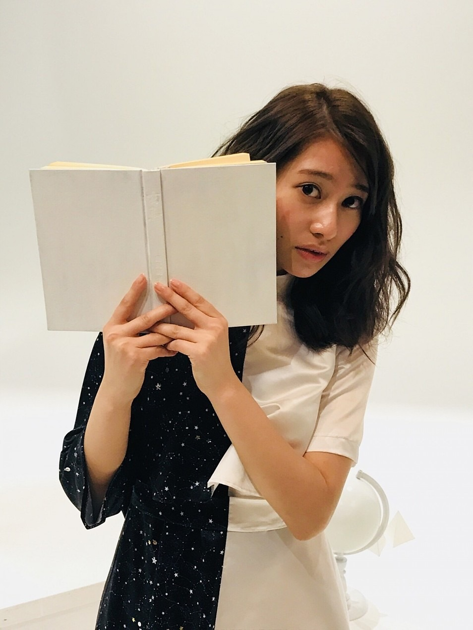 顔を覗かせているカワイイ桜井玲香(乃木坂46)の画像です。