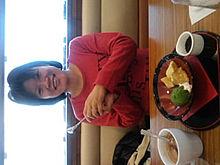 ココス レストラン ショートヘアー 赤い服の女性 プリ画像