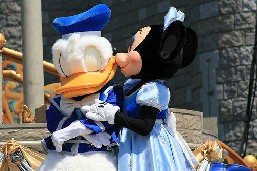 ミニーにキスされているドナルドダックです。