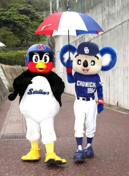 ドアラと傘をさしているつば九郎です。