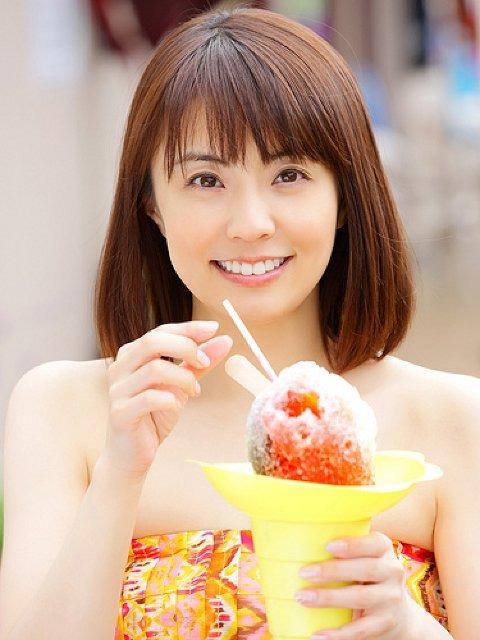 アイスを食べる小林麻耶。