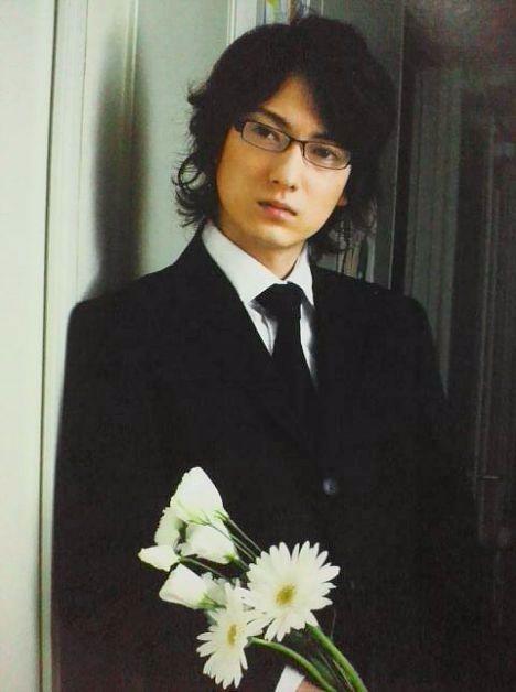 黒スーツに白い花を持つ忍成修吾くん