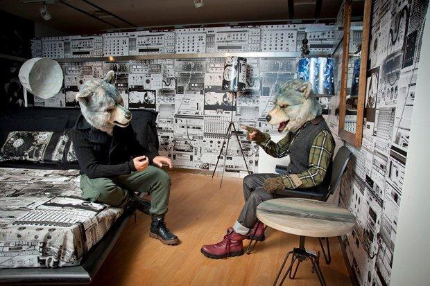 壁一面プリントされた部屋で談笑しているMAN WITH A MISSIONの画像