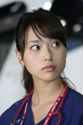 救命医の制服を着こなす戸田恵梨香