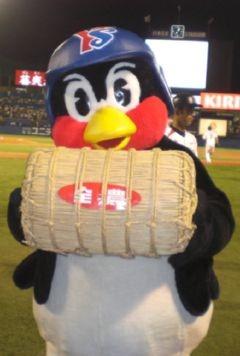 米俵をもっているつば九郎です。