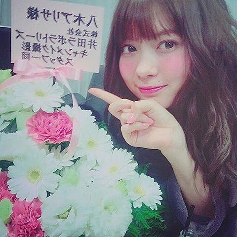 花束に嬉しそうな八木アリサ