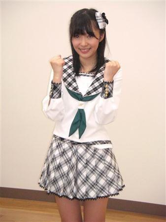 チェック柄nの制服のHKT48。