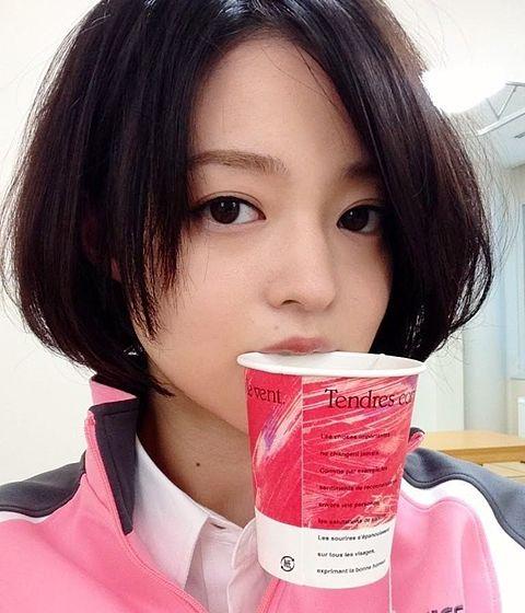 紙コップを咥えているジャージ姿の小林涼子の画像