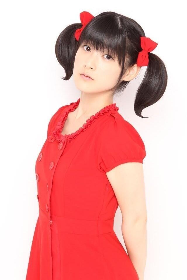 真っ赤な衣装に身を包むアイドル時代の嗣永桃子