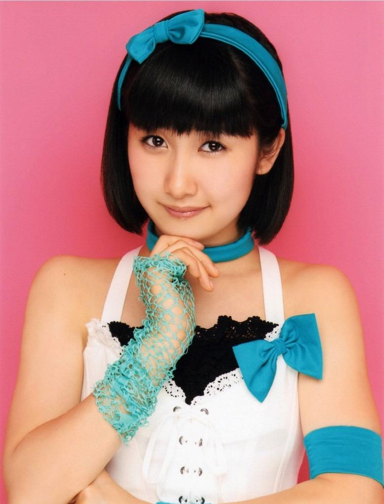 頭に青の可愛いリボンをつけている佐藤優樹の画像♪