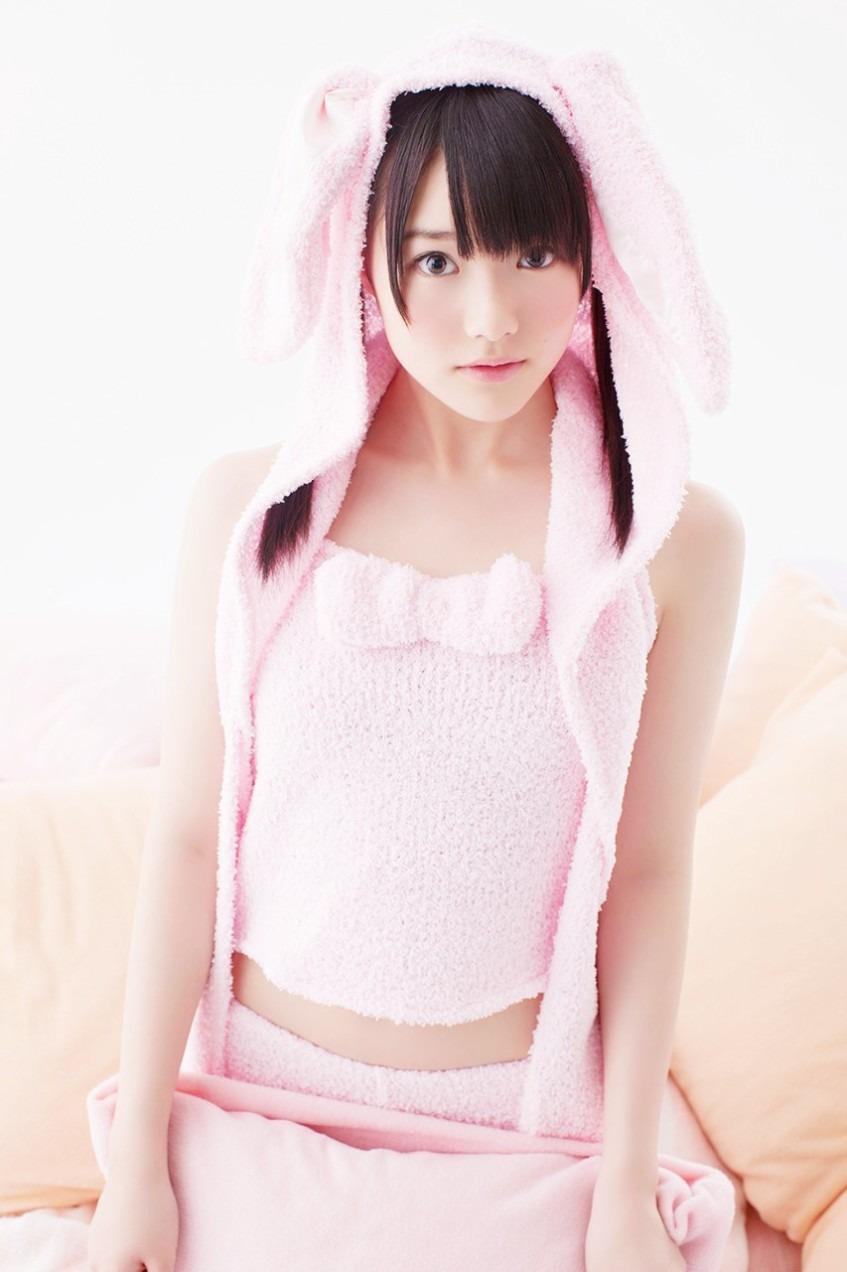 ピンクのウサギのタオル生地の服を着る可愛い木本花音