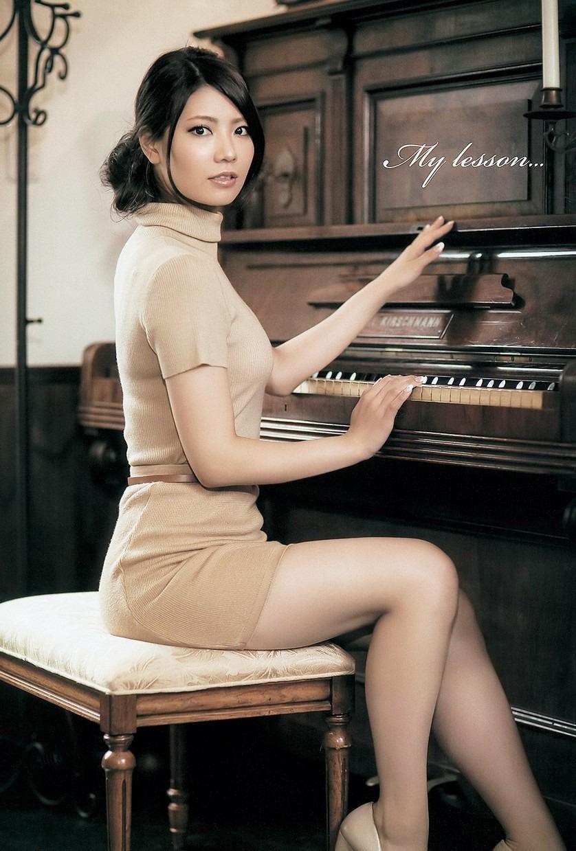 ピアノの前に座る倉持明日香