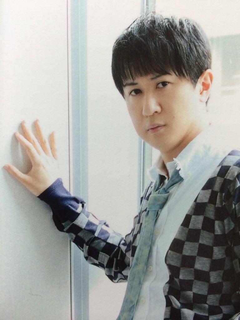 窓を背にポーズをキメる杉田智和