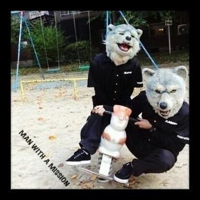 公園で遊具に二人で乗っているMAN WITH A MISSIONの画像