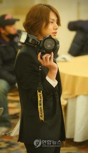 カメラをもっている横顔のヒチョル高画質画像です。