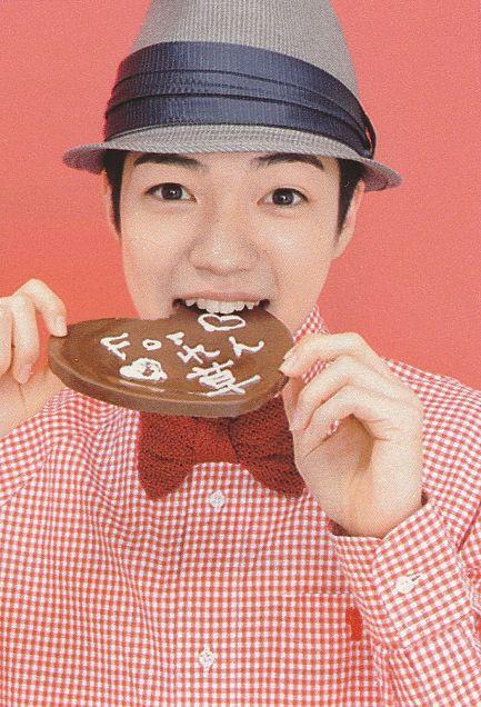 ハートのチョコレートをかじる西畑大吾