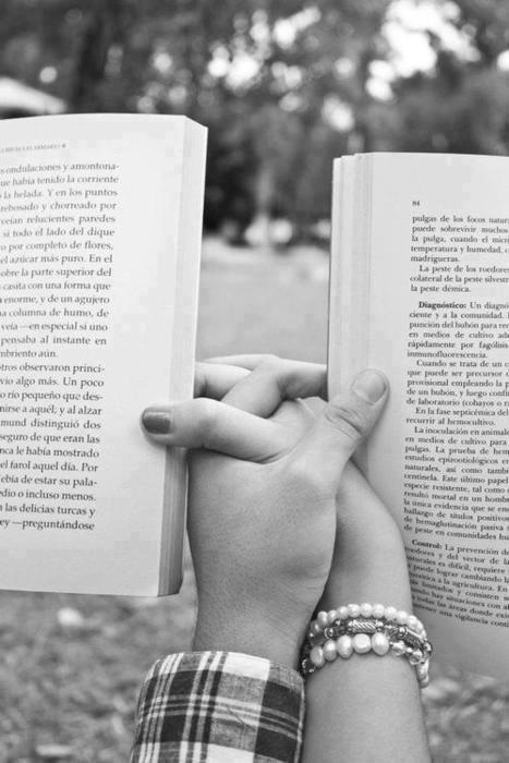 本を読みながら手をつなぐモノクロ・白黒写真の壁紙
