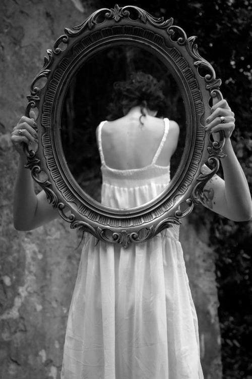 鏡と女性のモノクロ・白黒写真の壁紙