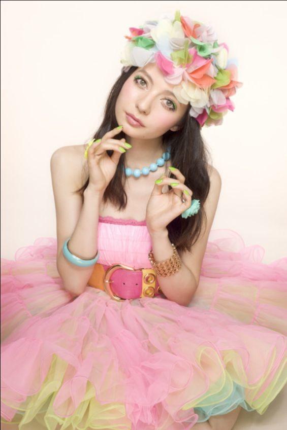 花の帽子をかぶってヒラヒラのドレス姿のベッキー